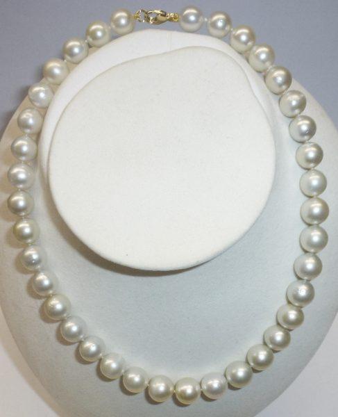 Perlenkette – Südsee Perlencollier, traumhaft schönes Südseeperlen Perlencollier in der Länge 45cm die Südseekette ist im Verlauf  Ø der Perlen 10-12mm, das Perlencollier ist ausgestattet mit einem massivem echten Gelbgold Karabiner, die feinen Südseeperl