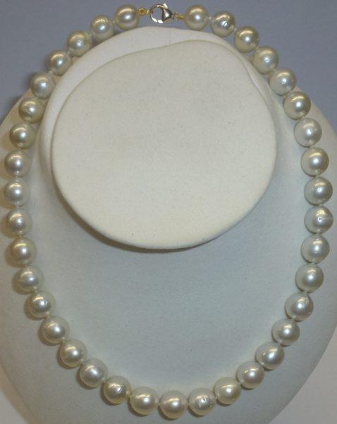 Perlenkette – Südsee Perlencollier, traumhaft schönes Südseeperlen Perlencollier in der Länge 45cm die Südseekette ist im Verlauf  Ø der Perlen 10-11,9mm, das Perlencollier ist ausgestattet mit einem massivem echten Gelbgold Karabiner, die feinen Südseepe